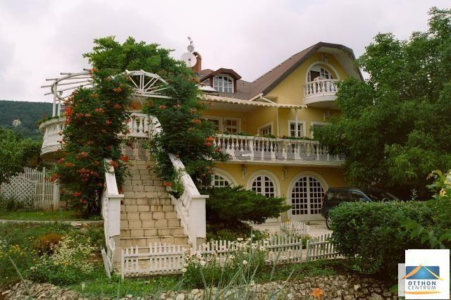 Eladó családi ház, Budaörsön 125 M Ft, 8 szobás